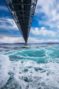 鳴門の渦潮と大鳴門橋の写真素材 [FYI03185553]