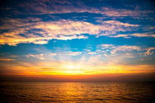 日本海夕焼け空と光芒の写真素材 [FYI03185589]
