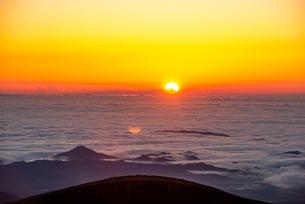 蔵王よりのぞむ雲海と日の出の写真素材 [FYI03185594]