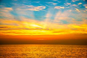 日本海夕焼け空と光芒の写真素材 [FYI03185600]