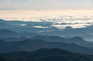 蔵王より朝日に輝く雲海と山並みの写真素材 [FYI03185749]