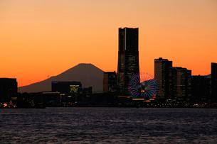 夕暮れの横浜ベイブリッジと富士山の写真素材 [FYI03185915]
