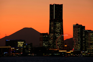 夕暮れの横浜ベイブリッジと富士山の写真素材 [FYI03185917]