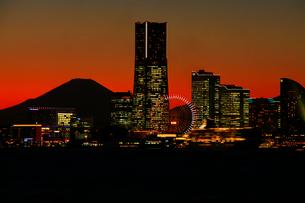 夕暮れの横浜ベイブリッジと富士山の写真素材 [FYI03185922]