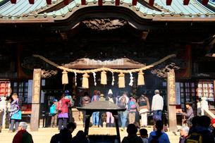 高尾山1合路の本堂に参拝するハイカーの写真素材 [FYI03185927]