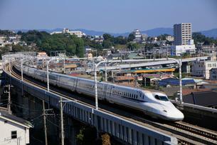小田原城と東海道新幹線の写真素材 [FYI03185971]