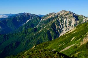 雷鳥坂から眺める杓子岳と鑓ヶ岳の写真素材 [FYI03186011]