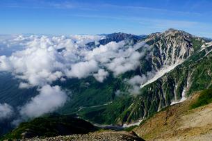 小蓮華岳付近から眺める杓子岳と鑓ヶ岳の写真素材 [FYI03186016]
