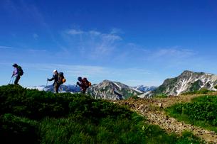 白馬岳の三国境付近から眺める杓子岳と鑓ヶ岳の写真素材 [FYI03186017]