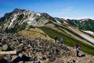 白馬岳から眺める杓子岳と鑓ヶ岳の写真素材 [FYI03186021]