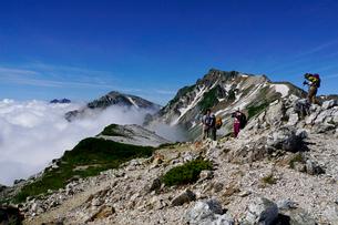 白馬岳から眺める杓子岳と鑓ヶ岳の写真素材 [FYI03186022]