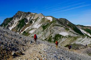 白馬岳から眺める杓子岳と鑓ヶ岳の写真素材 [FYI03186024]