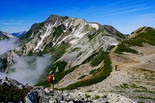 白馬岳から眺める杓子岳と鑓ヶ岳の写真素材 [FYI03186025]