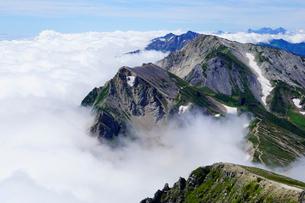 白馬岳から眺める杓子岳と鑓ヶ岳の写真素材 [FYI03186026]