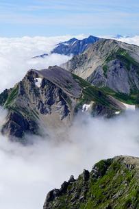 白馬岳から眺める杓子岳と鑓ヶ岳の写真素材 [FYI03186027]