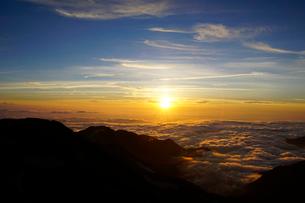 白馬岳から眺める夕日の写真素材 [FYI03186030]
