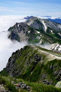 白馬岳から眺める杓子岳と鑓ヶ岳の写真素材 [FYI03186036]