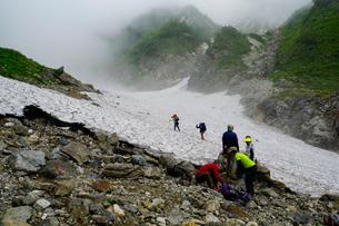 白馬岳の大雪渓を登る登山者の写真素材 [FYI03186057]