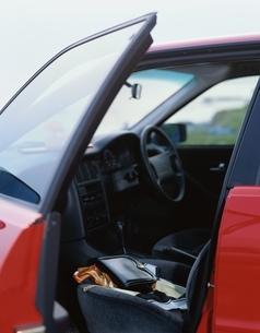 赤い車とハンドバックの写真素材 [FYI03186136]