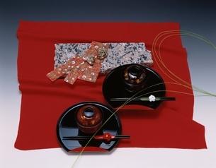 赤い布と御椀セットの写真素材 [FYI03186146]