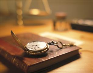 懐中時計と本の写真素材 [FYI03186244]