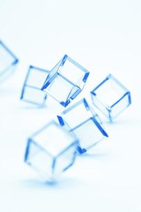 青いカラーキューブの列の写真素材 [FYI03186262]