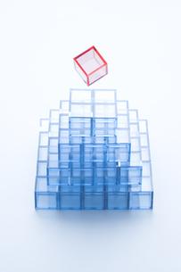 ピラミッド形に積んだ青いアクリルキューブの写真素材 [FYI03186277]