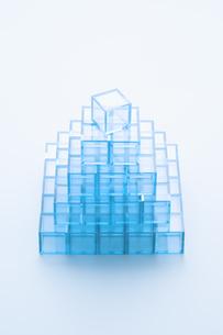 ピラミッド形に積んだ青いアクリルキューブの写真素材 [FYI03186279]