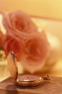 バラと懐中時計の写真素材 [FYI03186294]