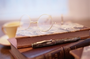 本とメガネとペンの写真素材 [FYI03186297]