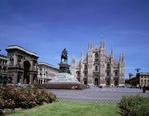 ドゥオーモとドゥオーモ広場    ミラノ イタリアの写真素材 [FYI03186837]