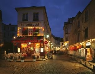モンマルトルの街角の夕暮れ パリ フランスの写真素材 [FYI03186868]