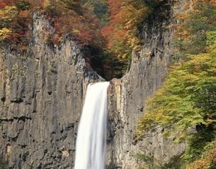 秋の苗名滝と紅葉  新潟県の写真素材 [FYI03187093]