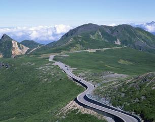 大黒岳より見た乗鞍スカイラインと烏帽子岳(左) 岐阜の写真素材 [FYI03187112]