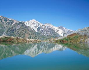 夏の八方池と白馬三山の写真素材 [FYI03187182]