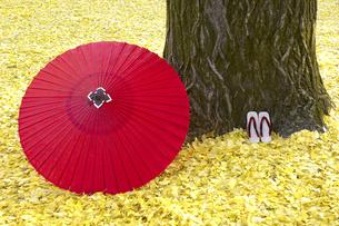 落葉の上の和傘と下駄の写真素材 [FYI03187222]