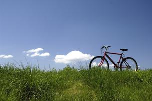 草原と自転車の写真素材 [FYI03187253]