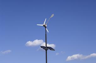 ソーラーパネルと風向計の写真素材 [FYI03187275]