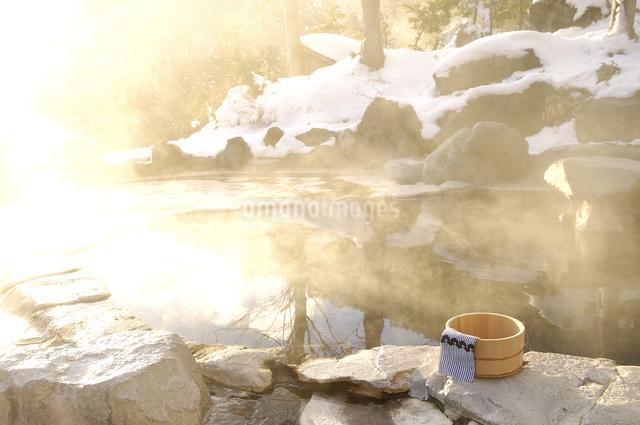 雪の露天風呂の写真素材 [FYI03187280]