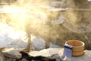 雪の露天風呂の写真素材 [FYI03187282]