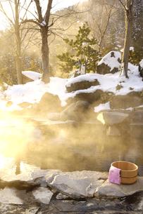 雪の露天風呂の写真素材 [FYI03187295]