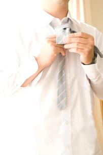 ネクタイを結ぶ男性の写真素材 [FYI03187312]
