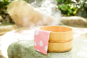 露天風呂の桶とタオルの写真素材 [FYI03187328]