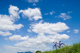 草原と自転車の写真素材 [FYI03187330]
