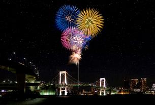 花火とレインボーブリッジの夜景の写真素材 [FYI03187375]