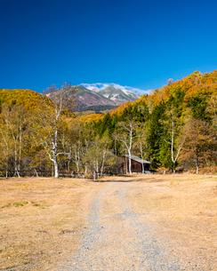 秋の一ノ瀬牧場と乗鞍岳の写真素材 [FYI03187567]