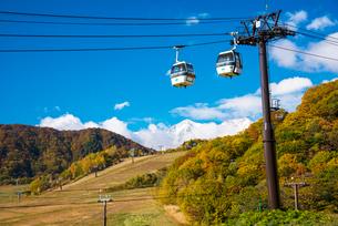 秋の白馬三山と栂池ゴンドラリフトの写真素材 [FYI03187604]