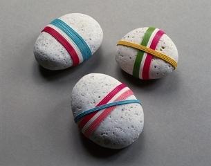カラフルな糸を巻いた石の写真素材 [FYI03188047]