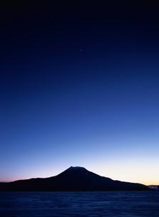 黎明の雄阿寒湖 北海道の写真素材 [FYI03188186]