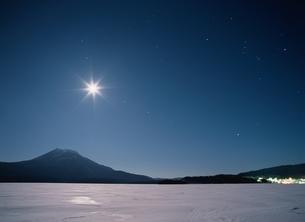 月明かりの阿寒湖と星空   北海道の写真素材 [FYI03188187]